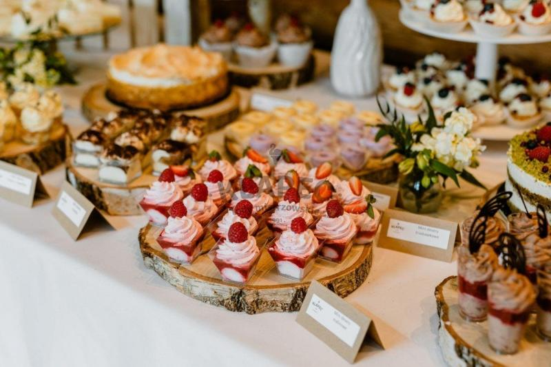 Stół pełen słodkości 100