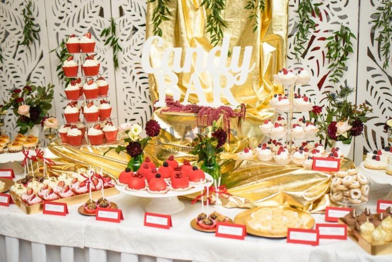 Stół pełen słodkości 107