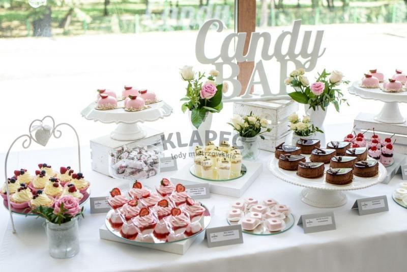 Stół pełen słodkości 111