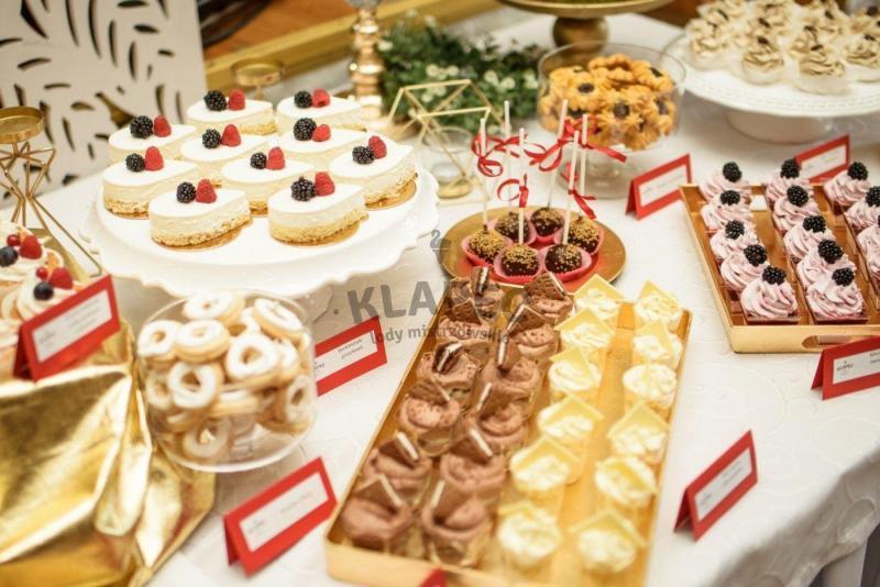 Stół pełen słodkości 43