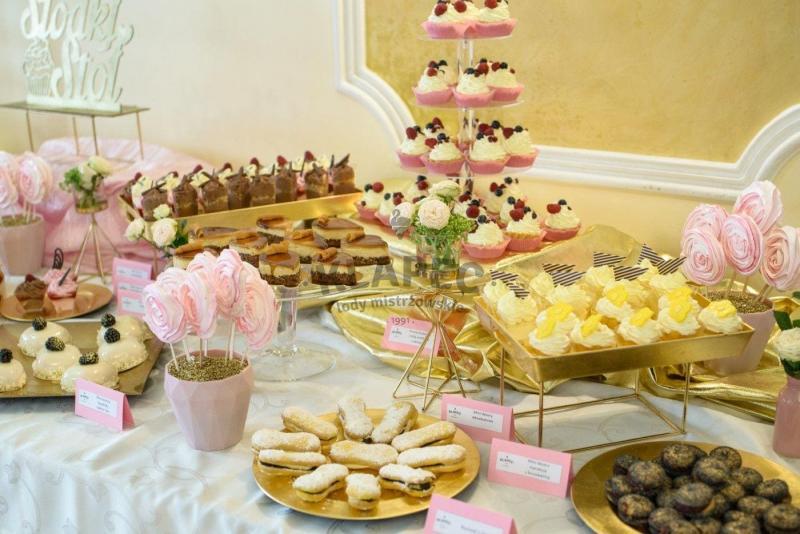 Stół pełen słodkości 5