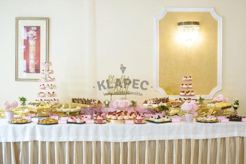 Stół pełen słodkości 51