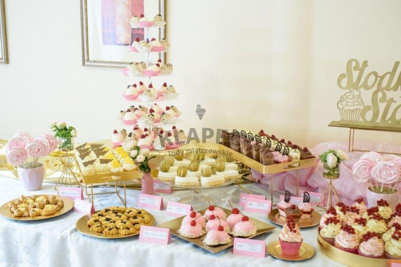 Stół pełen słodkości 55