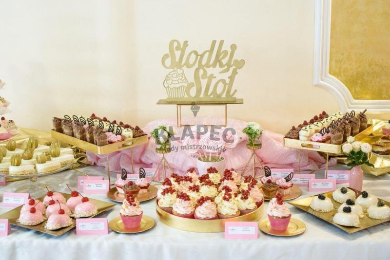 Stół pełen słodkości 63