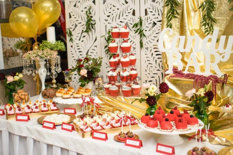 Stół pełen słodkości 77