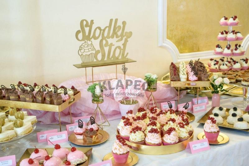 Stół pełen słodkości 8