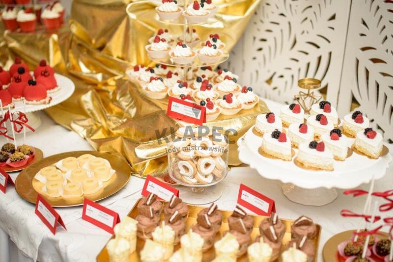 Stół pełen słodkości 82