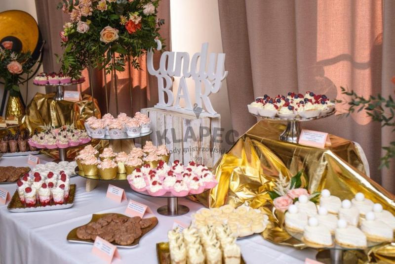 Stół pełen słodkości 83